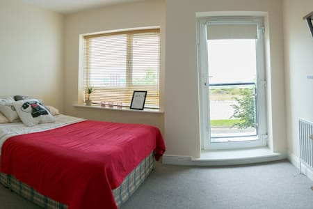 Spacious double bedroom / close to Airport - Finglas - Dom