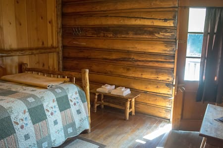 Room #12 in the Historic Range Rider Lodge - Park County - Almhütte