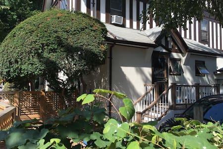 English Tudor Room w Bath, Pvt  Entrance & Deck - Brooklyn - Appartamento
