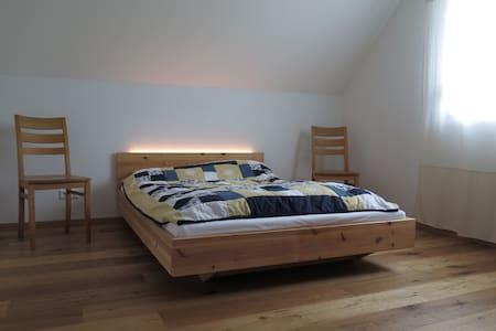 Schönes Zimmer in moderner Neubauwohnung - Huoneisto