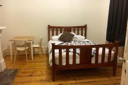Spacious room in cosy CBD homestead - House