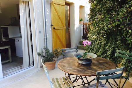 T2 au calme dans le village provençal de Ceyreste. - Wohnung