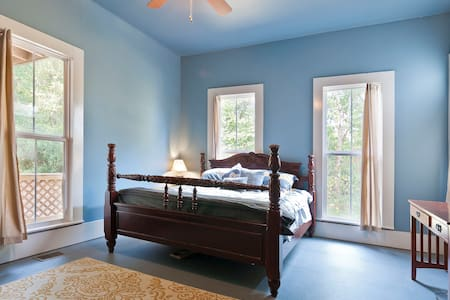 King Size Bed, Natural Light! Located on 1 - Chattanooga