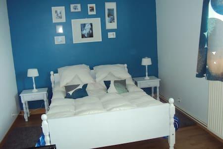 Chambre au calme  proche A84 - Ev