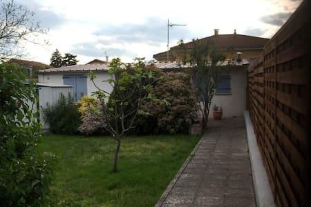 petite maison calme à 800m du tram et 3km du stade - Dům