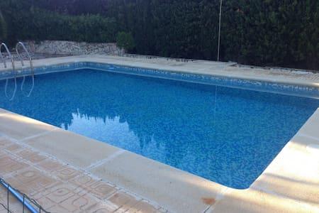 Magnifico Chalet con piscina, 2200 mts terreno. - Rumah