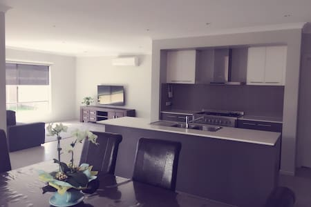 Comfortable 3BR in Melbourne West - Dom