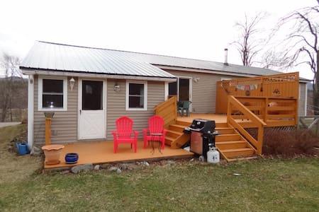 Country home close to ski resorts and Burlington - Casa