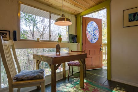 Cool Artistic Treehouse Cabin - Austin - Treehouse