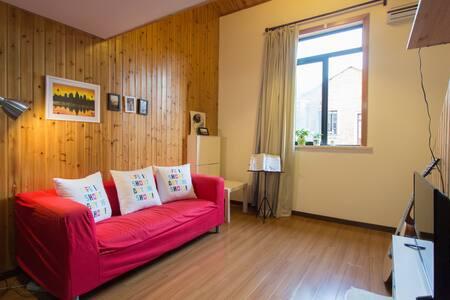 南京西路复式两房温馨木屋 距离地铁2,12号线5分钟 - Shanghai - House