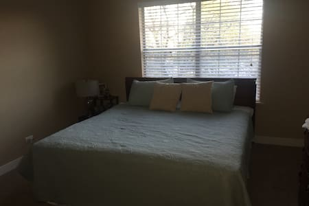 Private king bed/bath near Chicago! - Wheaton - Appartement