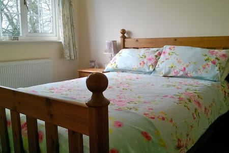 Lovely double bedroom in village setting - House