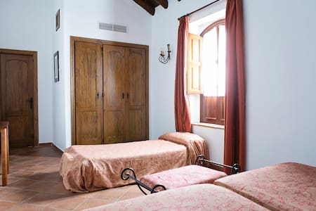 Cortijo San Antonio hab doble con cama supletoria - Bed & Breakfast