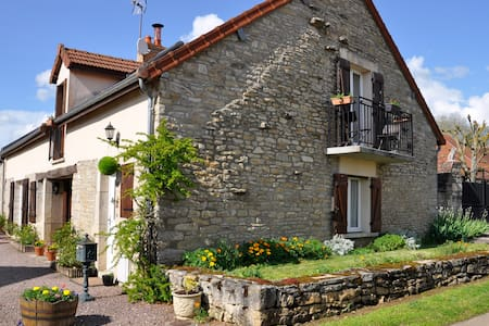 Maison Des Fleurs B&B in Beautiful quiet Village. - Penzion (B&B)