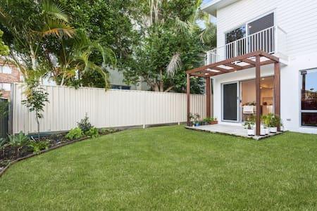 Great location! New 4 bed sleeps 7! - Tweed Heads South - Haus