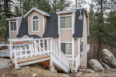 Fawnskin Family Retreat Cabin~ Fireplace, Flat Screen,Full Kitchen,Washer/Dryer~ - House