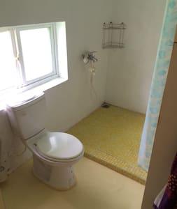 獨立門戶的雙人套房B,free wifi、洗衣機。 - Bungalow