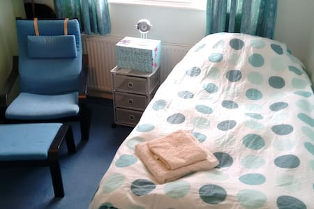 Twin room in quiet, welcoming and convenient home - Bournemouth - House