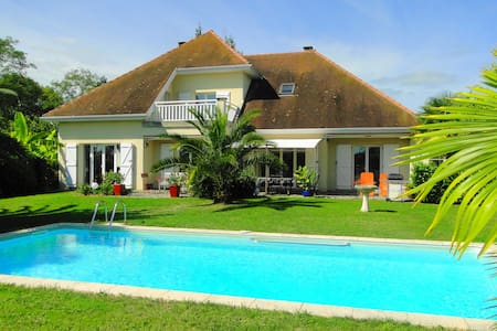 Villa Les Acacias avec piscine - Huvila