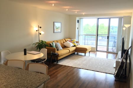 LOVELY SPACIOUS 1+1 BED WPARKING MINUTES TO SUBWAY - Toronto - Condominium