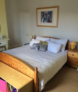 King size bed in a great location! - Hus