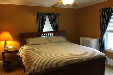 Great Deal! King bed. Bathroom w/ tub - Framingham - Ház