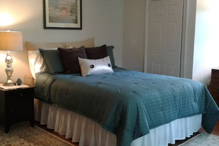 Shaker Road Farm B & B, The Jefferson Room - Bed & Breakfast