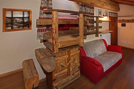Mansarda immersa nel legno - Cabin