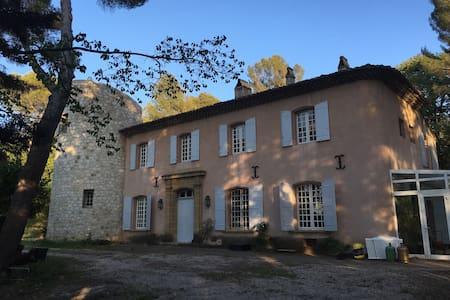 Chbre double (140) en bastide à Aix - House