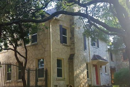 ! Historic Modern Charmer ! - House