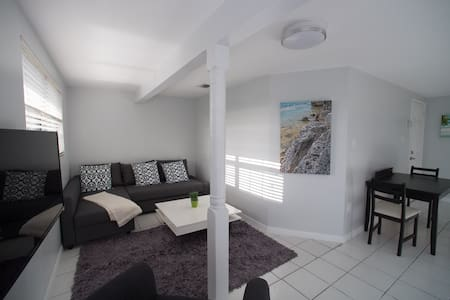 2 Bedroom / 2 Bathroom Apartment 1 minute to Beach - Apartment