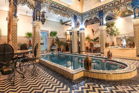 Riad Puchka Marrakech 2 beds in red room piscine - Marrakesh - Bed & Breakfast