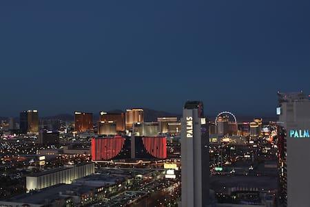 Panoramic Strip view kitchen pool - Las Vegas - Apartment