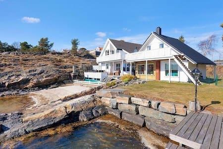 Sørlandsidyll med egen strand og brygge - Kristiansand