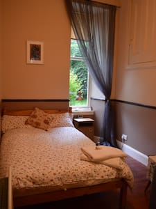 Lovely double bedroom in the fabulous West End - Glasgow - Apartment