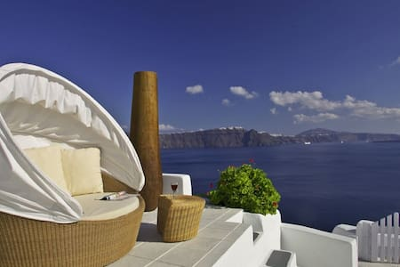 Honeymoon suite in Oia with jacuzzi