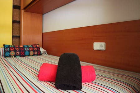 Clean, big & sunny room in the center w/WIFI - Wohnung