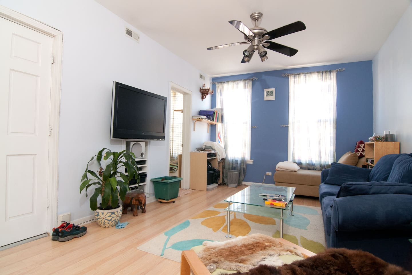 Nice clean room by downtown, Yellow