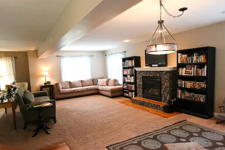 Perfect Spacious Gathering Home - Bloomington - House