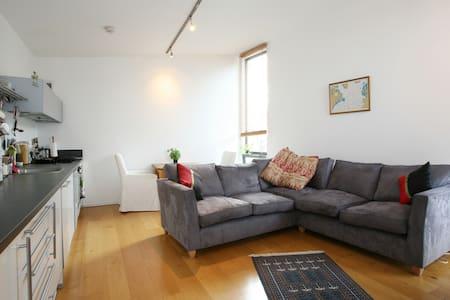 Light, Modern, 1st Floor Apartment. - Lägenhet
