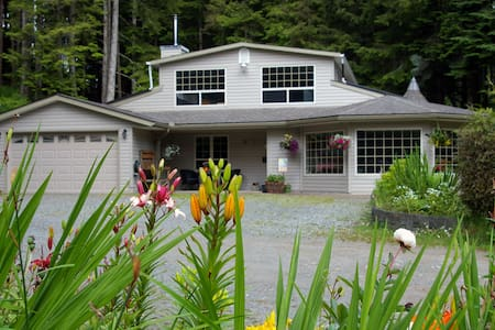 The Balsam: Nimpkish Forest B and B - Hus