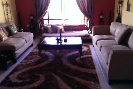 Spacious Room w/ en suite Toilet - Casa