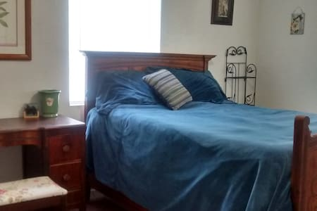 Nice Guestroom for Rent to Female - Redding - House
