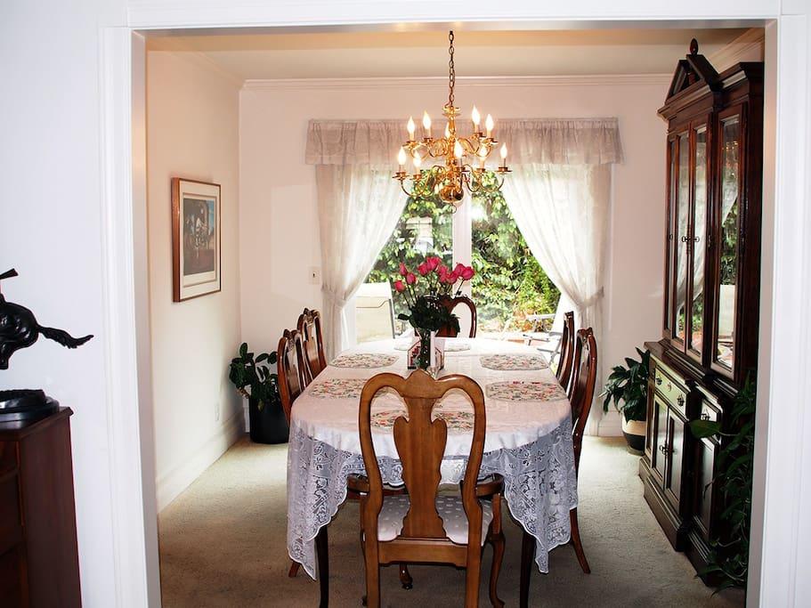 Elegant dining room for enjoying a sumptous meal!