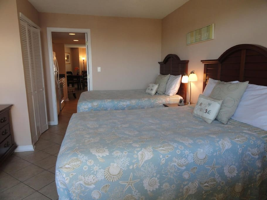 Private Bedroom w/ 2 Full Pillowtop beds. Flat Screen TV/DVD.