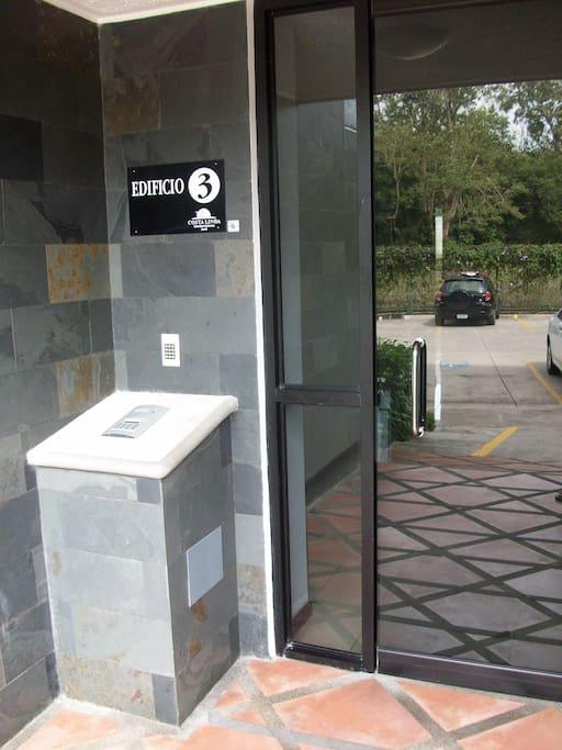 Coded Entrance to the building. Entrada con código al edificio