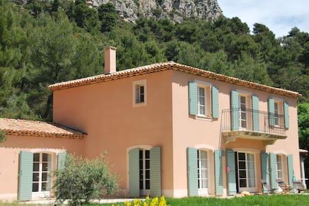 Village de Picasso Aix en Provence - Hus
