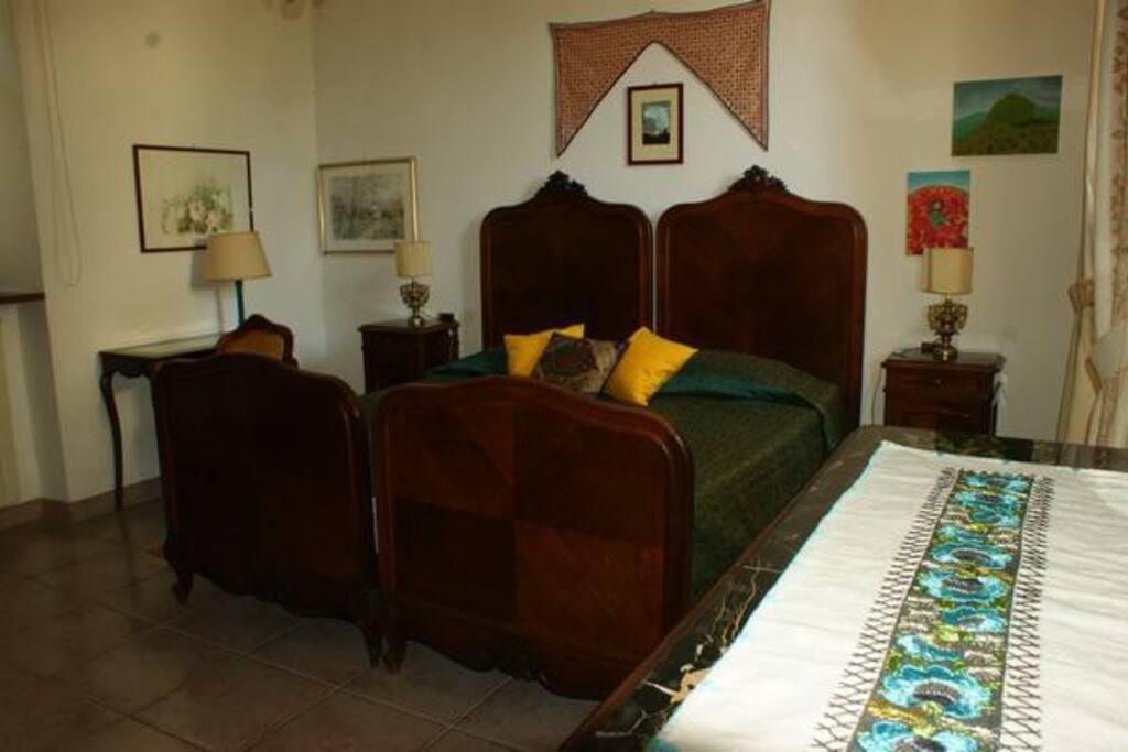 camera con mobili antichi