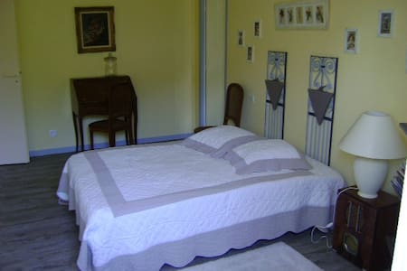 SAINT-EMILION Le Guspit BRANNE - Bed & Breakfast