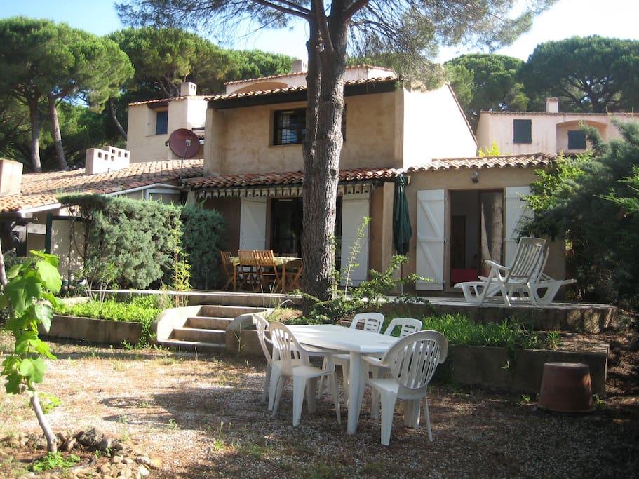 Côté terrasse et jardin / Vista de la casa desde el jardín / The villa